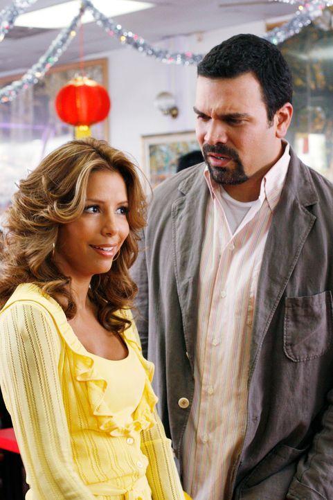 Um Xiao-Mei wieder zurück zu holen, bittet Gabrielle (Eva Longoria, l.) Carlos (Ricardo Antonio Chavira, r.) ihr bei der Suche zu helfen ... - Bildquelle: 2005 Touchstone Television  All Rights Reserved