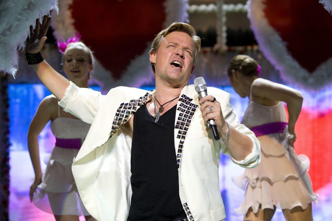 Als selbstverliebter Schlagerstar hat Bruce Berger (Justus von Dohnányi) stets seine Fans glücklich gemacht. Als er eine neue Song- Idee umsetzen mö... - Bildquelle: Conny Klein Warner Bros. / Conny Klein