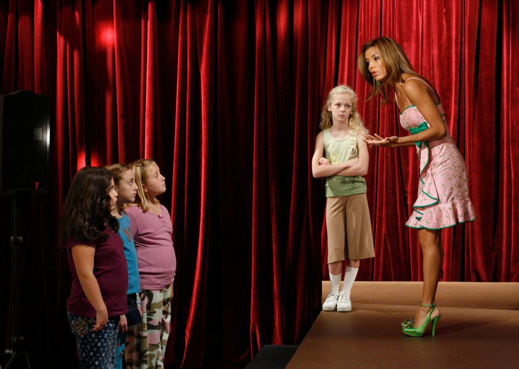 Anfangs ist Gabrielle (Eva Longoria, r.) entsetzt mit was sie es zu tun hat, doch dann macht sie den Mädchen klar, dass sie fest an sich selbst glau... - Bildquelle: 2005 Touchstone Television  All Rights Reserved