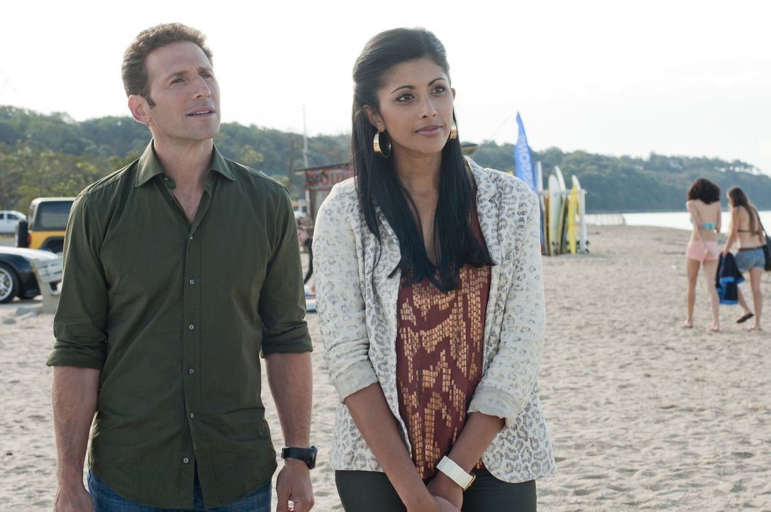Während Hank (Mark Feuerstein, l.) mitansehen muss, wie sich ein guter Freund nicht weiter behandeln lassen will, hat Divya (Reshma Shetty, r.) noch... - Bildquelle: Myles Aronowitz 2011 Open 4 Business Productions, LLC. All Rights Reserved.