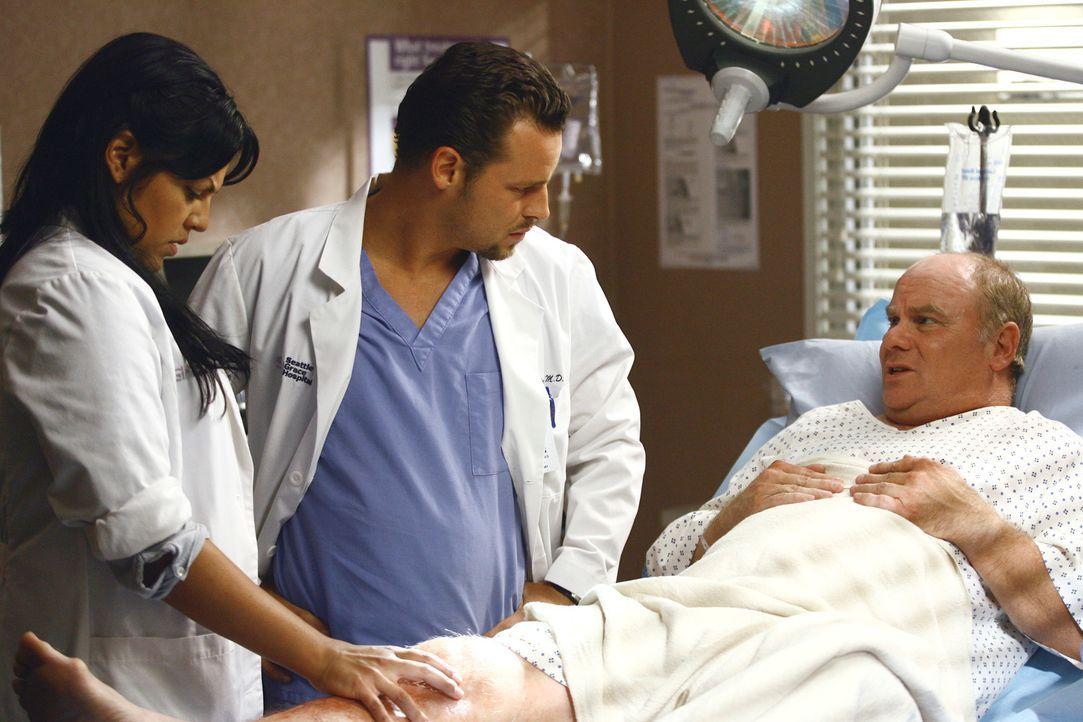 Alex (Justin Chambers, M.) und Callie (Sara Ramirez, l.) verarzten einen Mann namens Joey (Steven M. Porter, r.), der am Bein verletzt ist. Er bitte... - Bildquelle: Touchstone Television