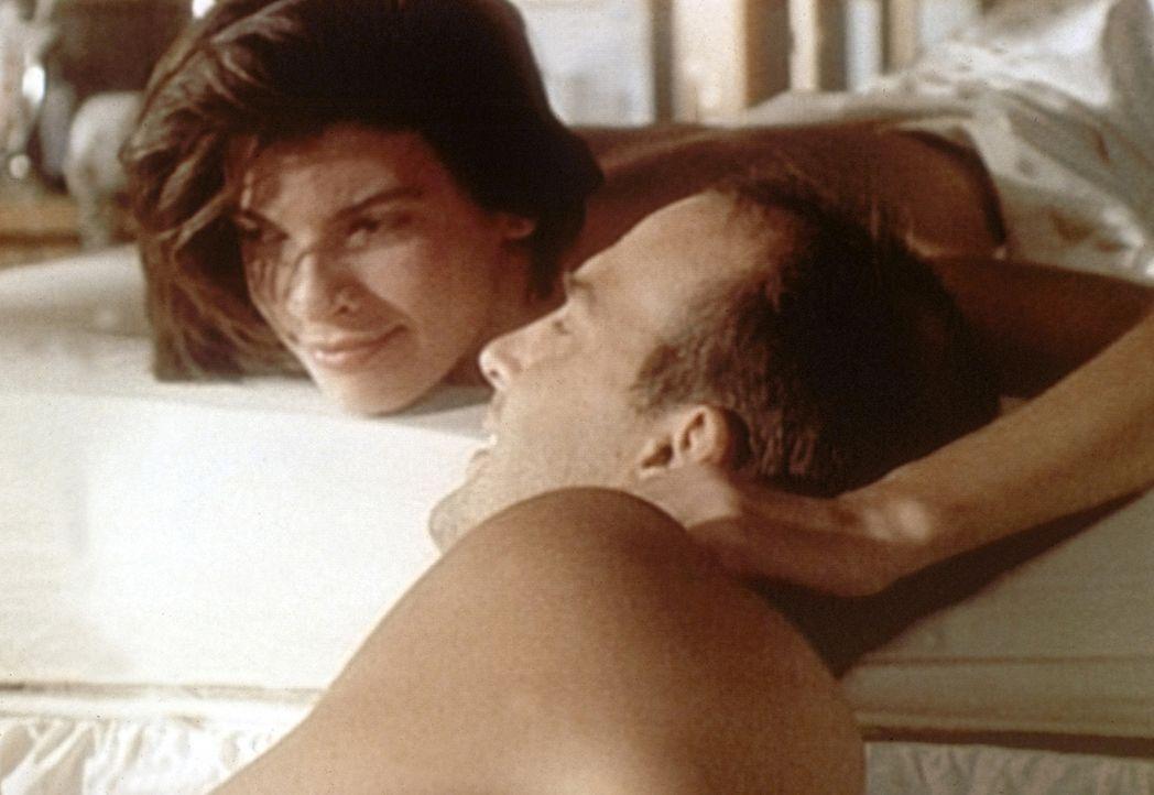 Jennifer (Christine Harnos, l.) ist rundum glücklich: ein ganzer Tag allein mit Mark (Anthony Edwards, r.). - Bildquelle: TM+  WARNER BROS.