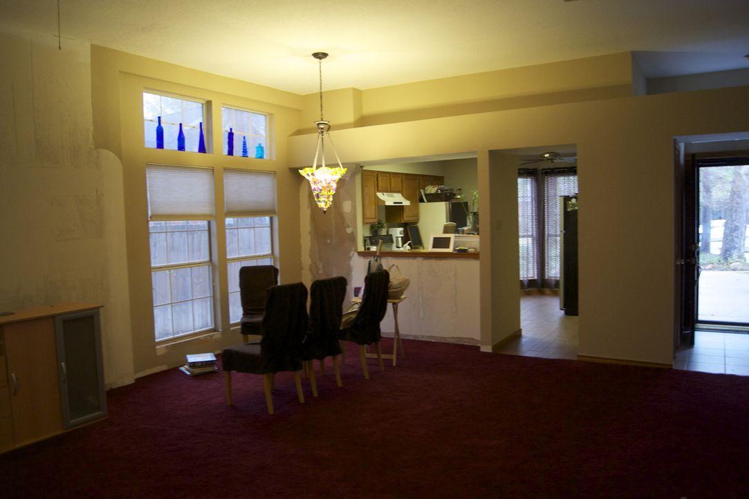 Können Josh Temple und sein Team aus diesem Esszimmer einen Designer-Lounge machen? - Bildquelle: 2011, DIY Network/Scripps Networks, LLC.  All Rights Reserved