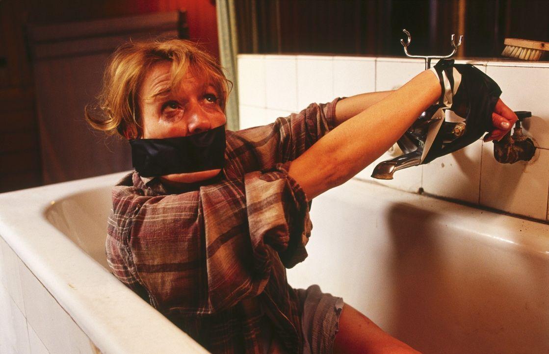 Ellen (Suzanne von Borsody) wird während ihres Urlaubs überfallen. Sie rettet sich zu ihrem Nachbarn und muss erkennen, dass er der maskierte Angr... - Bildquelle: Norbert Kuhroeber Sat.1