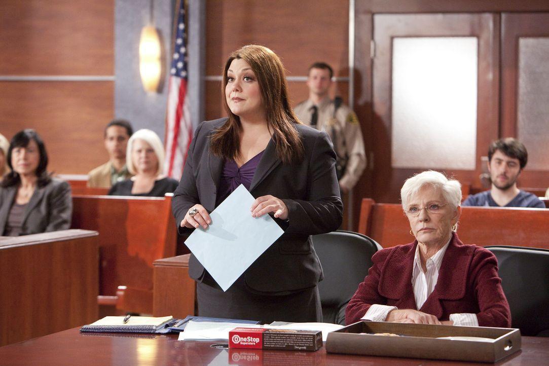 Jane (Brooke Elliott, l.) vertritt eine Teris Nagelshop-Bekannte Rita (Patty Duke, r.), die kurz vor ihrer Pensionierung als Verkäuferin der Superm... - Bildquelle: 2012 Sony Pictures Television Inc. All Rights Reserved.