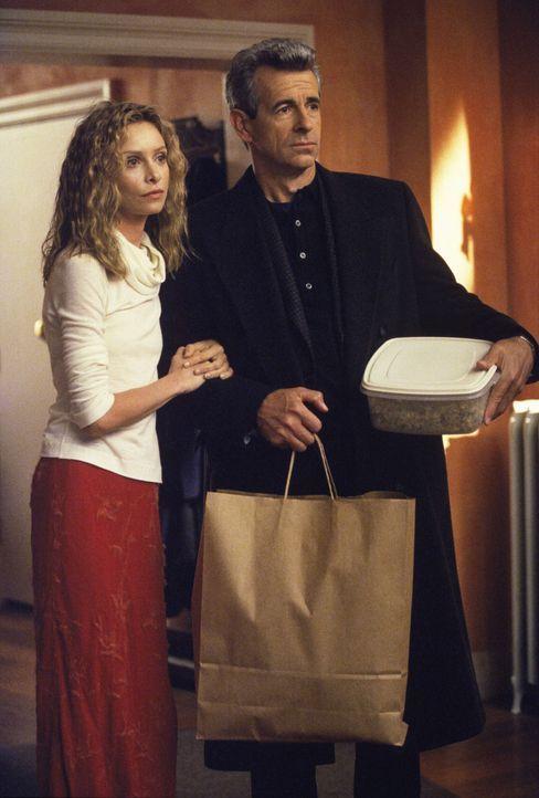 Noch ahnt Ally (Calista Flockhart, l.) nicht, was ihr Vater (James Naughton) am Abend zuvor getrieben hat ... - Bildquelle: 1999 Twentieth Century Fox Film Corporation. All rights reserved.