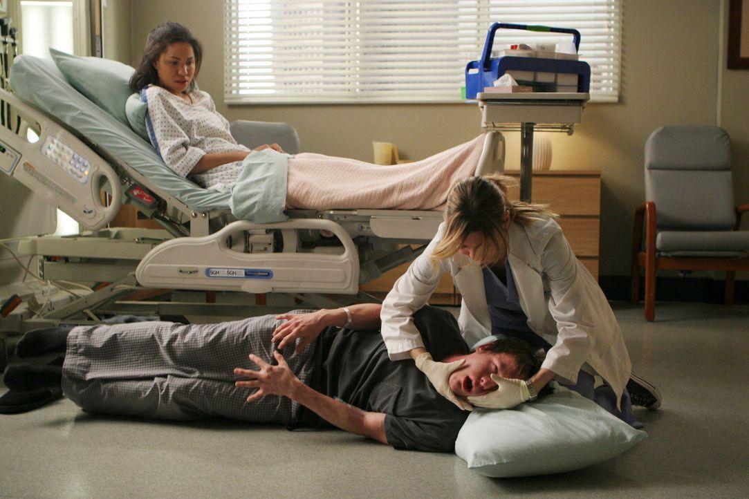 Derek und Meredith (Ellen Pompeo, r.) haben zwei Patienten, Beth (Jurnee Smollett, l.) und Jeremy (Marshall Allman, M.), deren Gehirntumore sie mit... - Bildquelle: Touchstone Television