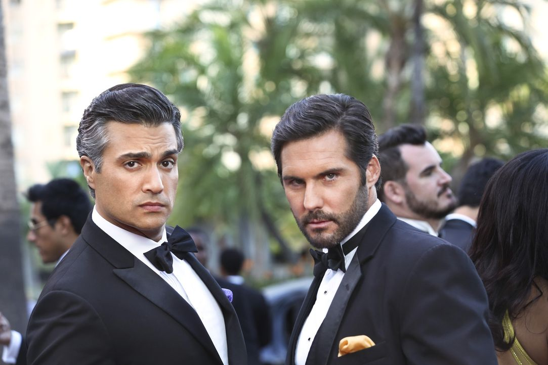 Große Rivalen: Rogelio (Jaime Camil, l.) und Esteban Santiago (Keller Wortham, r.) ... - Bildquelle: 2014 The CW Network, LLC. All rights reserved.