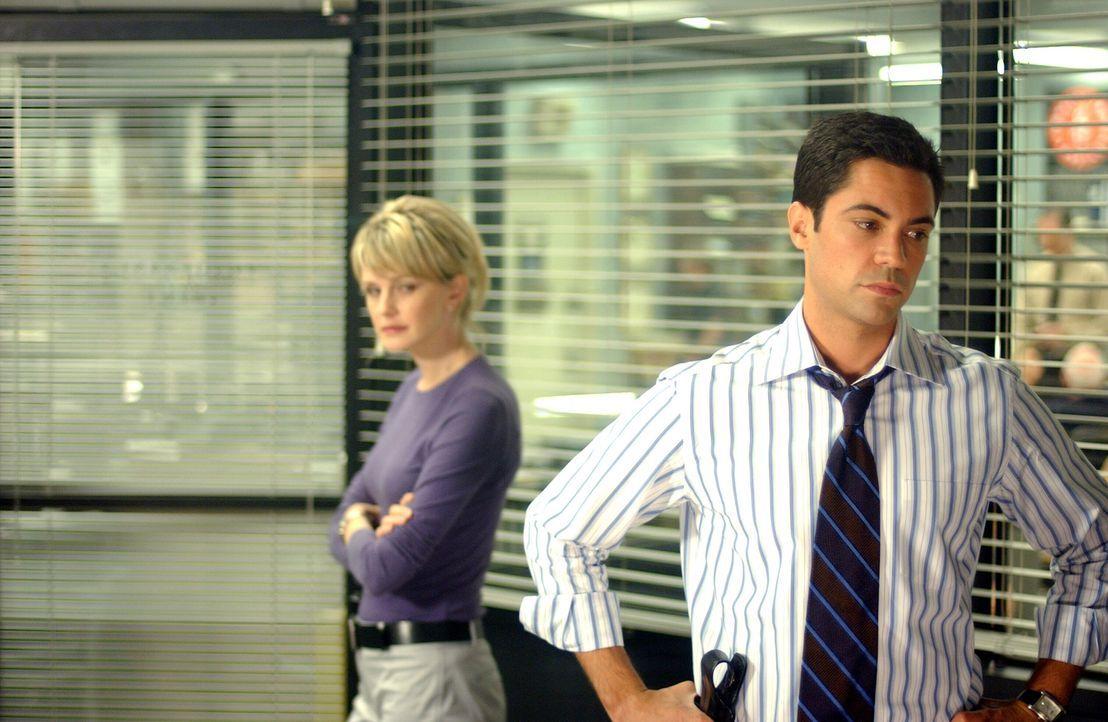 Gemeinsam machen sich Scott Valens (Danny Pino, r.) und Lilly Rush (Kathryn Morris, l.) daran, dass spurlose Verschwinden Danielas aufzuklären ... - Bildquelle: Warner Bros. Television