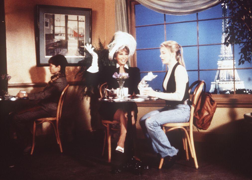 Um Sabrina (Melissa Joan Hart, r.) zu imponieren, zaubert ihre Tante Vesta (Raquel Welch, l.) sie und sich zu einem kleinen Einkaufsbummel nach Paris. - Bildquelle: Paramount