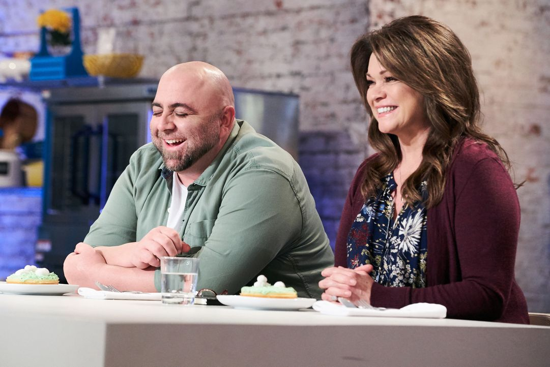 Duff Goldman (l.); Valerie Bertinello (r.) - Bildquelle: Zac Hahn 2016, Television Food Network, G.P. All Rights Reserved./Zac Hahn