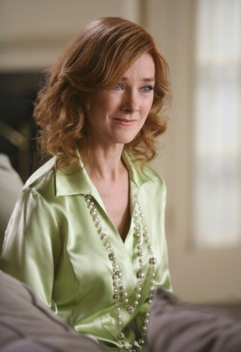 Als plötzlich die tot geglaubte Alma Hodge (Valerie Mahaffey) auftaucht, fällt Bree schlagartig in Ohnmacht ... - Bildquelle: 2005 Touchstone Television  All Rights Reserved