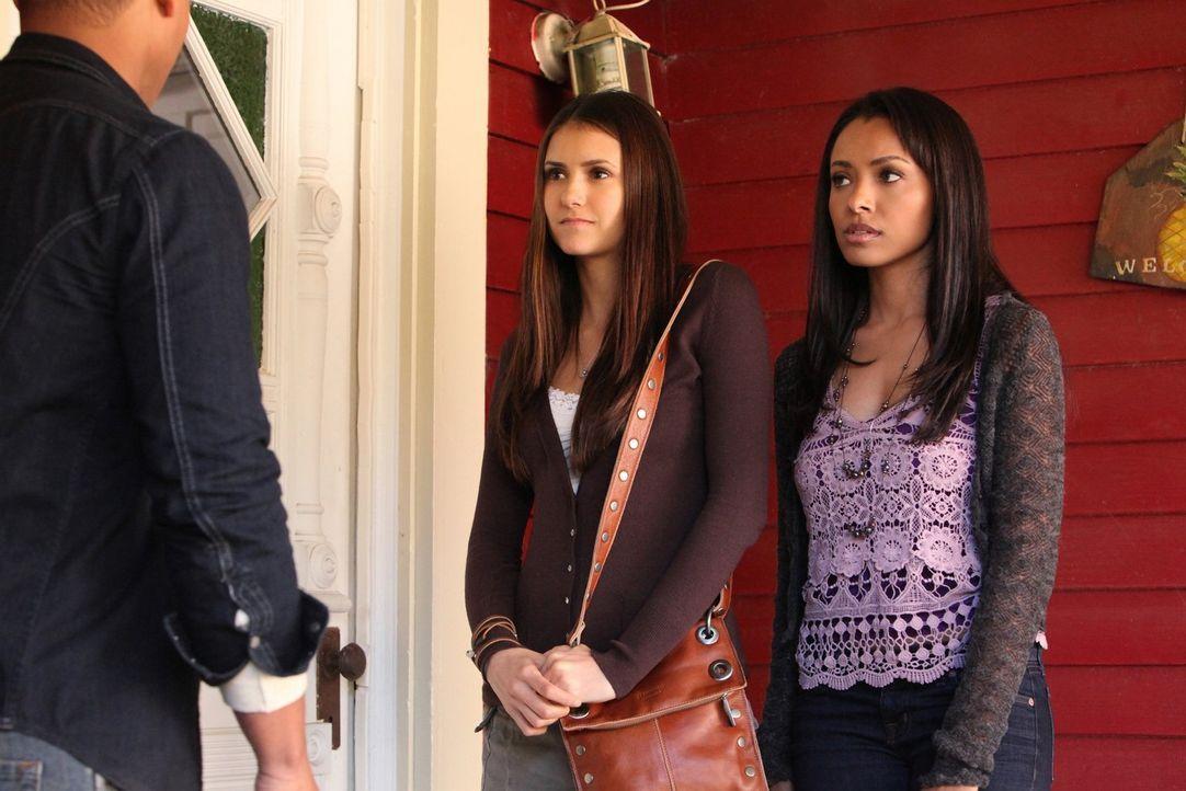 Ahnen Elena (Nina Dobrev, M.) und Bonnie Bennett (Kat Graham, r.), dass Jamie (Robert Richard, l.) von Klaus manipuliert wurde? - Bildquelle: Warner Brothers