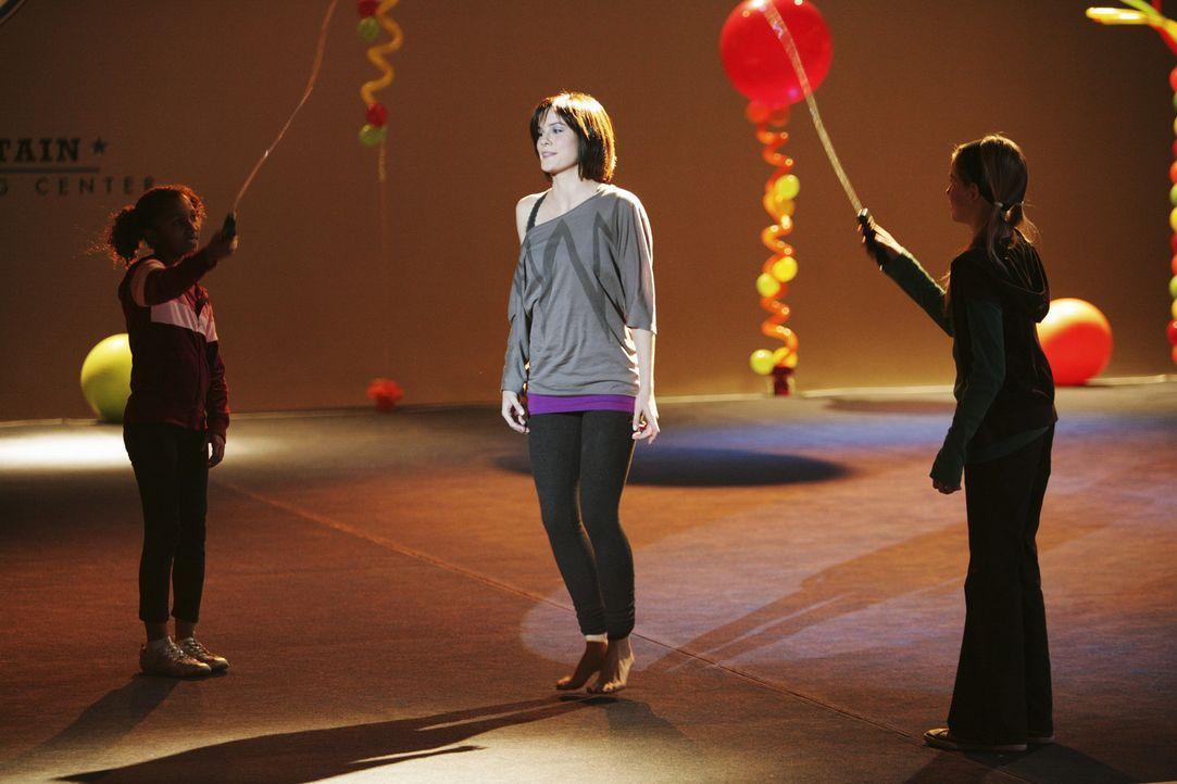 """Im """"Rock"""" steht der Tag der Offenen Tür an. Auch Emily (Chelsea Hobbs, M.) soll etwas aufführen, was sie wenig begeistert ... - Bildquelle: 2009 DISNEY ENTERPRISES, INC. All rights reserved."""