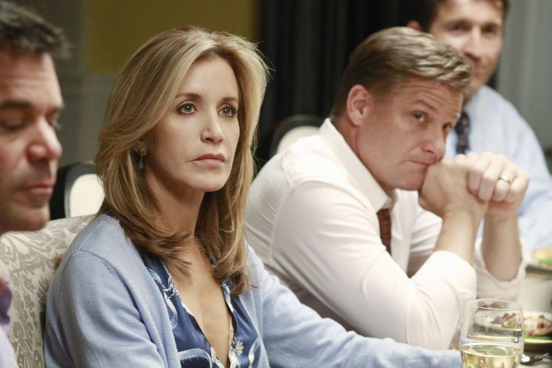 Lynette (Felicity Huffman, 2.v.l.) und Tom (Doug Savant, 2.v.r.) unterhalten sich über die Zukunft ihrer Beziehung und Tom macht einen Vorschlag, de... - Bildquelle: ABC Studios
