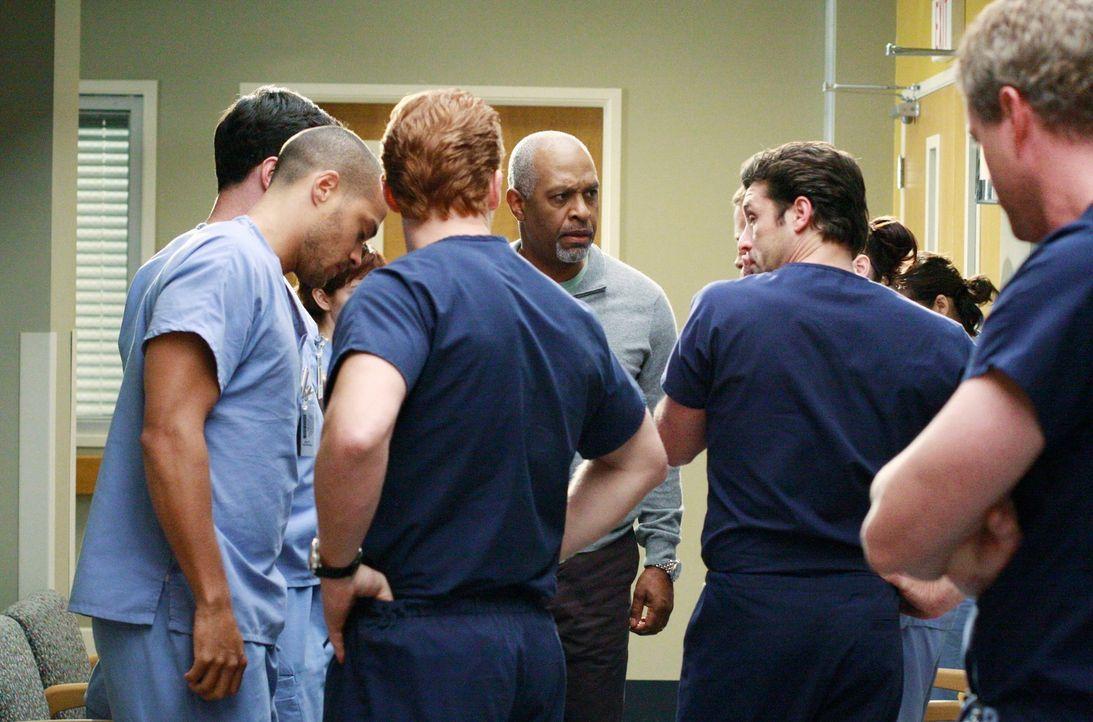 Zwischen Alex und Jackson (Jesse Williams, l.) kommt es zu einem Streit. Owen (Kevin McKidd, 3.v.l.), Webber (James Pickens Jr., 3.v.r.), Derek (Pat... - Bildquelle: Touchstone Television