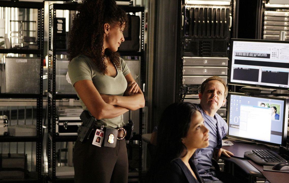 Nikki Betancourt (Sophina Brown, l.), Amita Ramanujan (Navi Rawat, M.) und Larry Fleinhart (Peter MacNicol, r.) recherchieren, um den Fall aufzuklär... - Bildquelle: Paramount Network Television