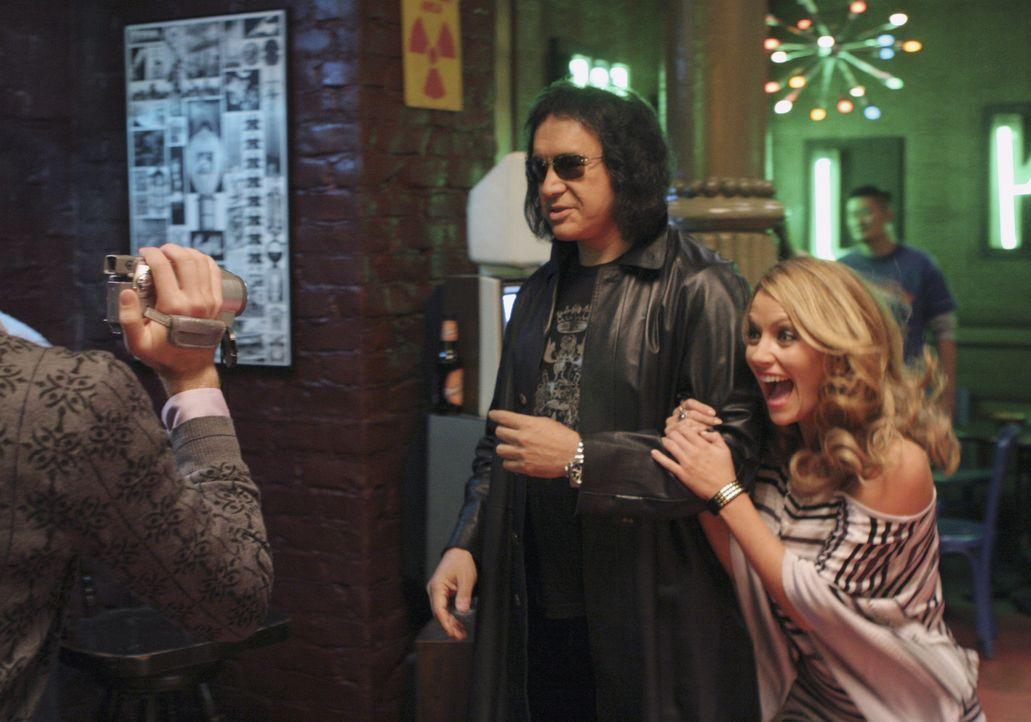 Amanda (Becki Newton, r.) und Marc (Michael Urie, l.) sind fest überzeugt, Amandas leiblichen Vater gefunden zu haben: Gene Simmons (M.) ... - Bildquelle: Buena Vista International Television