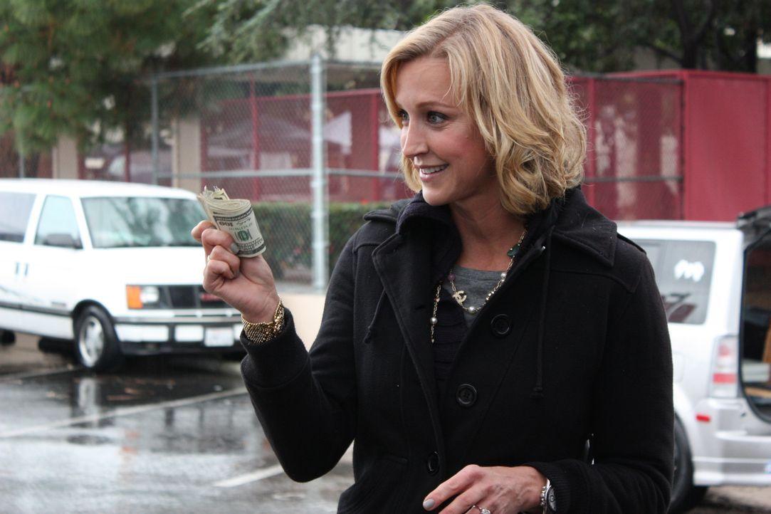 500 $ Budget kriegen die Kandidaten von Lara Spencer, um den Flohmarkt unsicher zu machen ... - Bildquelle: 2012, HGTV/ Scripps Networks, LLC. All Rights Reserved.