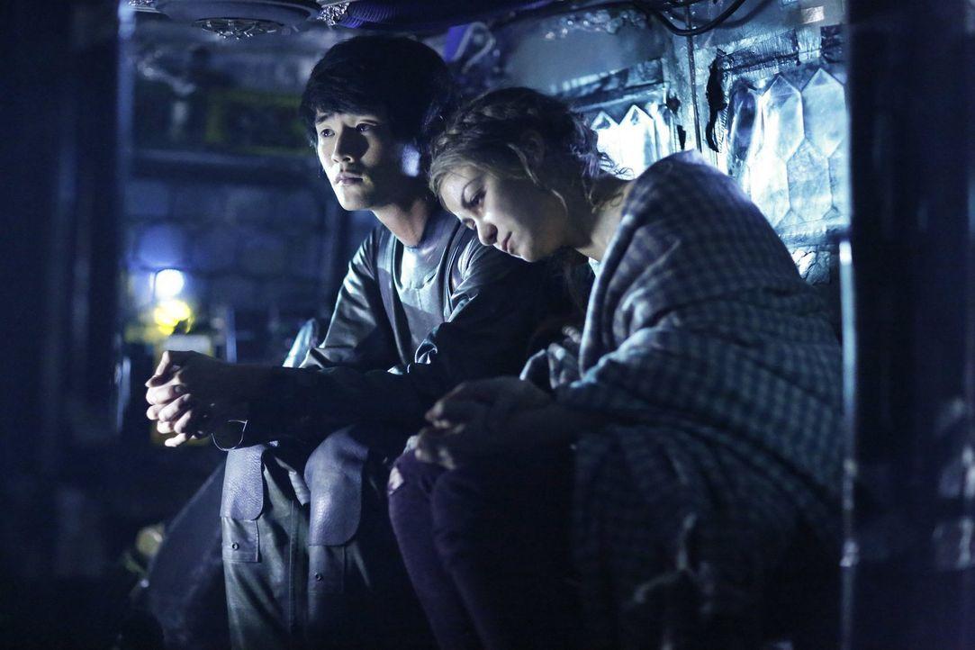 Monty (Christopher Larkin, l.) versucht immer noch verzweifelt, Harper (Chelsey Reist, r.) und Jasper das Leben zu retten. Unterdessen greift Raven... - Bildquelle: 2016 Warner Brothers