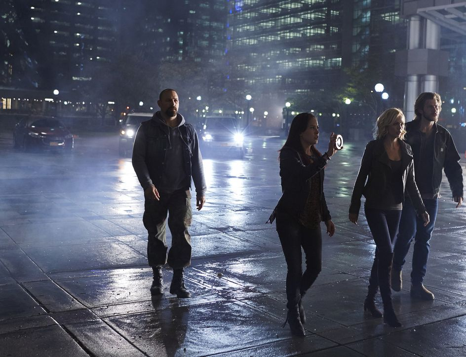 Werden Zachary Cain (Noah Danby, l.), Paige (Tommie-Amber Pirie, 2.v.l.), Elena (Laura Vandervoort, 2.v.r.) und Clay (Greyston Holt, r.) diesen ents... - Bildquelle: 2015 She-Wolf Season 2 Productions Inc.