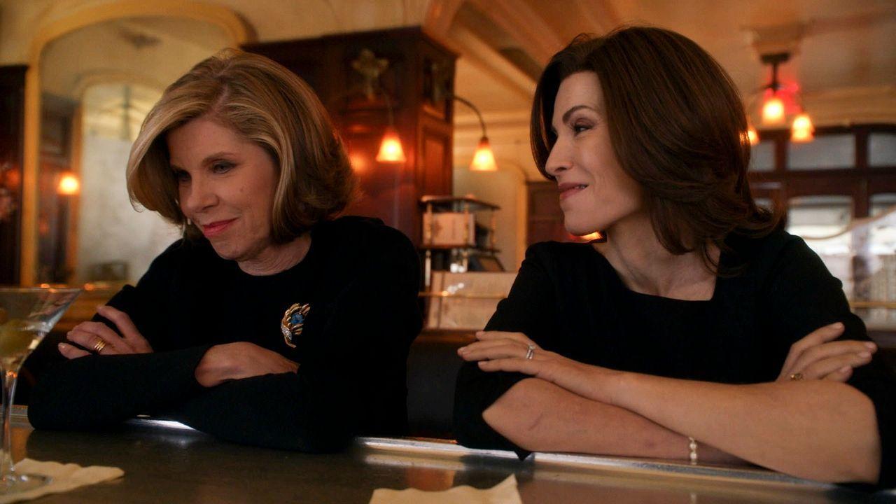 Der Tod von Will bringt Diane (Christine Baranski, l.) und Alicia (Julianna Margulies, r.) wieder an dem Verhandlungstisch ... - Bildquelle: 2014 CBS Broadcasting, Inc. All Rights Reserved