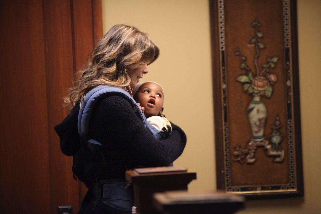Werden Meredith (Ellen Pompeo, l.) und Derek das vorläufige Sorgerecht für Zola (Darsteller unbekannt, r.) bekommen? - Bildquelle: ABC Studios