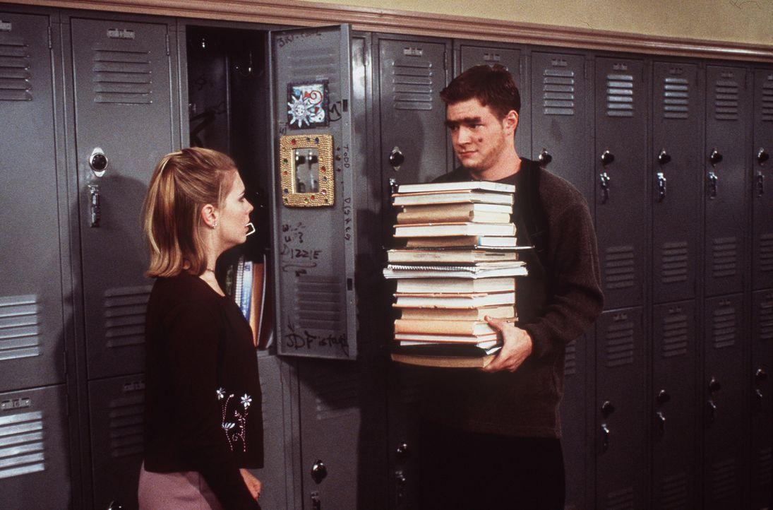 Harvey (Nate Richert, r.) wird zu Sabrinas (Melissa Joan Hart, l.) Entsetzen immer haariger und unattraktiver. - Bildquelle: Paramount Pictures