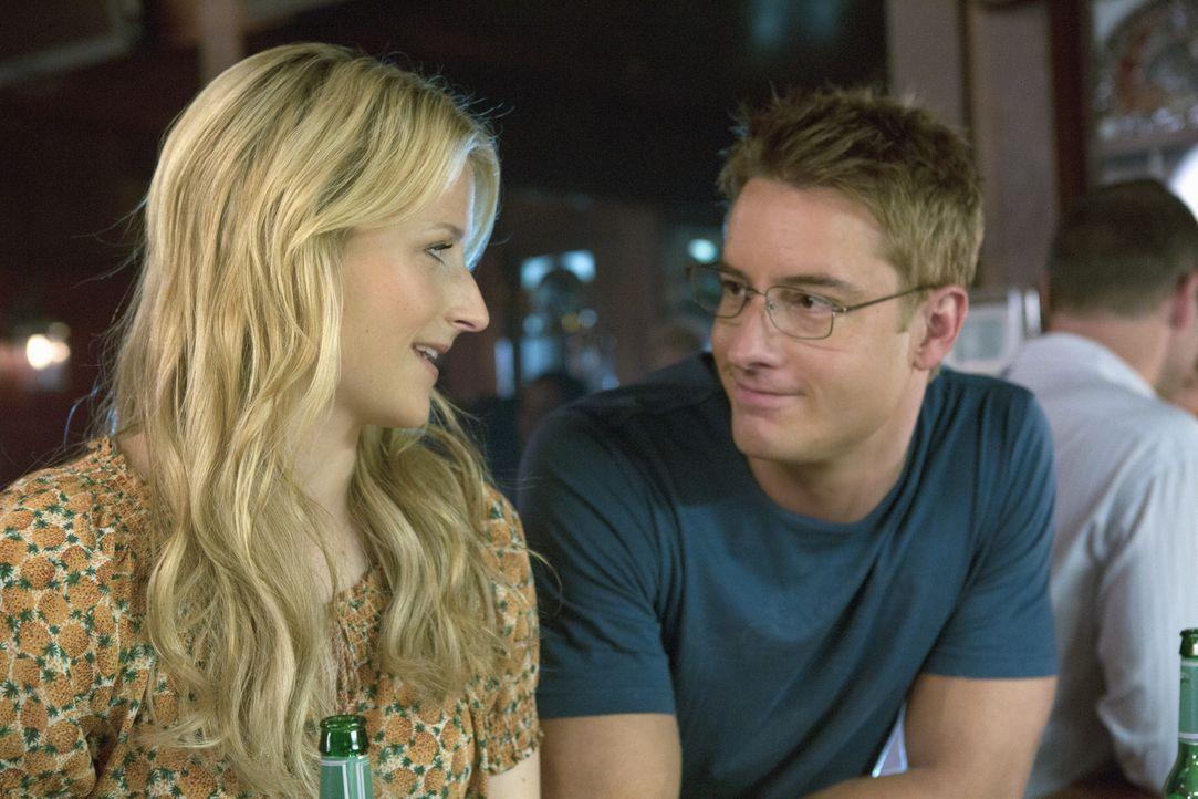 Will (Justin Hartley, r.) erzählt Emily (Mamie Gummer, l.), dass er Cassandra den Laufpass gegeben hat. Zu ihrem eigenen Erstaunen fühlt sie sich da... - Bildquelle: 2012 The CW Network, LLC. All rights reserved.