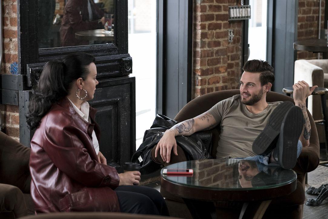 Maggie (Debi Mazar, l.); Josh (Nico Tortorella, r.) - Bildquelle: Hudson Street Productions Inc 2017