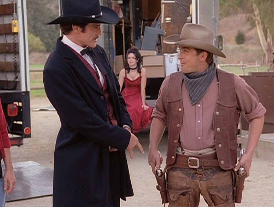 Steve (Barry Van Dyke, l.) und Jesse (Charlie Schlatter, r.) freuen sich riesig, in einem Western mitwirken zu dürfen. - Bildquelle: Viacom