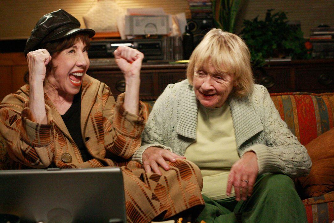 Glauben, etwas über Dave herausgefunden zu haben: Mrs. McCluskey (Kathryn Joosten, r.) ihre Schwester Roberta (Lily Tomlin, l.) ... - Bildquelle: ABC Studios