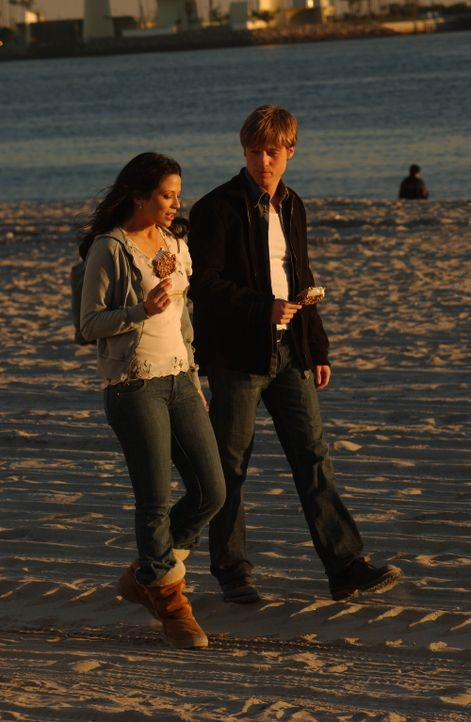 Nach und nach merkt Ryan (Benjamin McKenzie, r.), warum es Theresa (Navi Rawat, l.) nach Newport verschlagen hat ... - Bildquelle: Warner Bros. Television