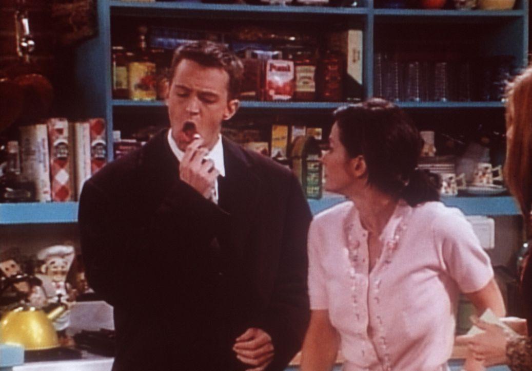 Monica (Courteney Cox, r.) ist verwundert: Chandler (Matthew Perry, l.) legt in letzter Zeit typisch weibliche Verhaltensweisen an den Tag. - Bildquelle: TM+  2000 WARNER BROS.