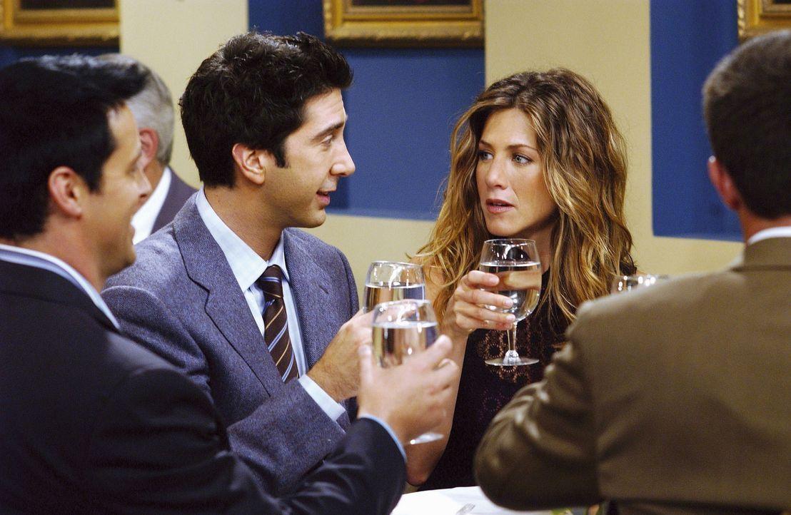 Ross (David Schwimmer, 2.v.l..) und Rachel (Jennifer Aniston, 2.v.r.) feiern Phoebes Geburtstag, was nicht einfach ist, denn Rachel konnte sich nur... - Bildquelle: TM+  2000 WARNER BROS.