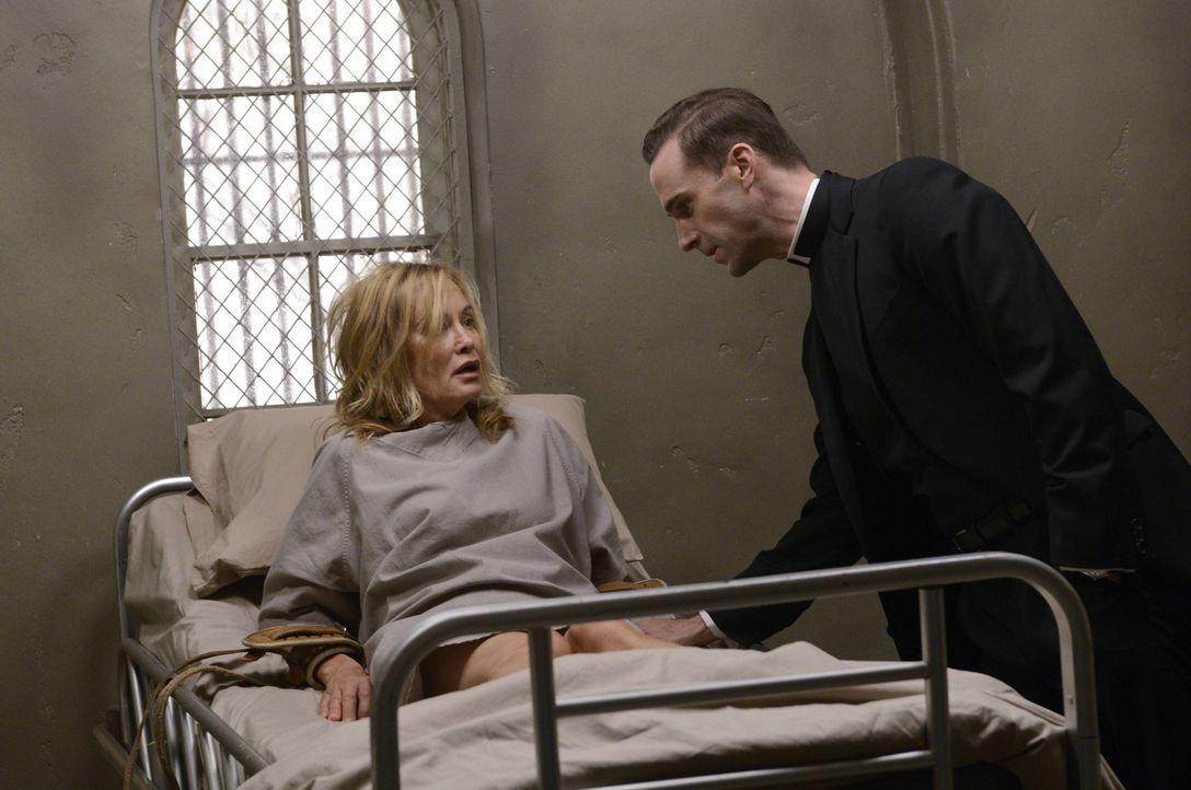 Jahr 1964: Der Monsignor Timothy Howard (Joseph Fiennes, r.) teilt Schwester Jude Martin (Jessica Lange, l.) mit, dass sie ihr restliches Leben in B...