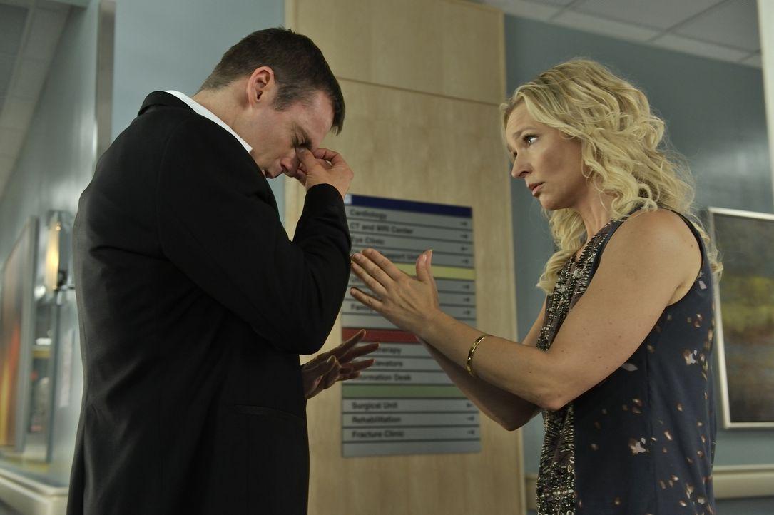 Charlie (Michael Shanks, l.) trifft auf den Geist von Dr. Kendra Watt (Kari Matchett, r.), eine Ärztin, die mit einer eigenen Fernsehsendung bekannt... - Bildquelle: 2012 Hope Zee One Inc., All rights reserved