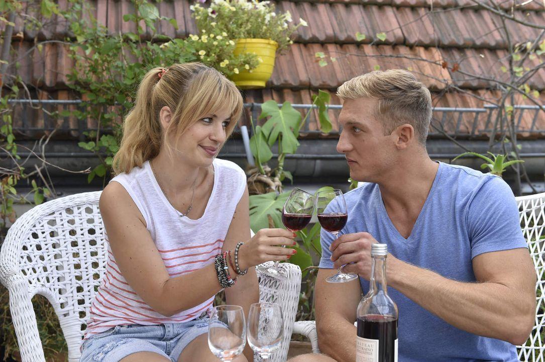 Haben sie eine Chance auf die große Liebe? Mila (Susan Sideropoulos, l.) und Marc (Martin Walde, r.) ... - Bildquelle: Claudius Pflug SAT.1