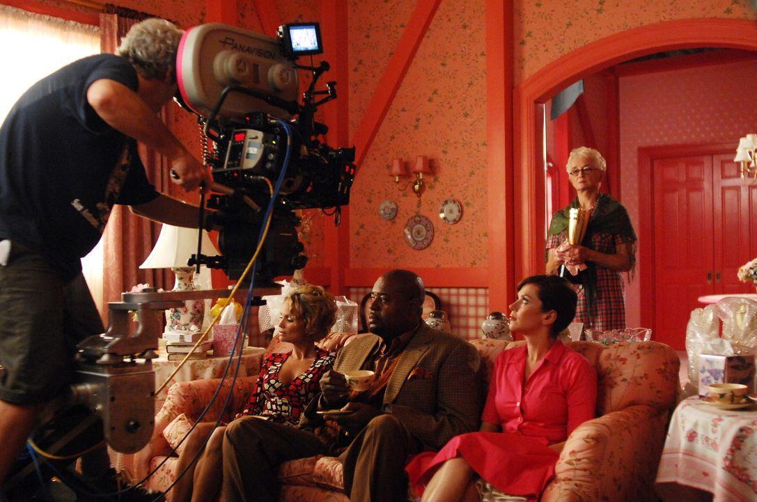 """Hinter den Kulissen: Die Darsteller von """"Pushing Daisies"""" werden mit der nächsten Szene vertraut gemacht  ... - Bildquelle: Warner Brothers"""