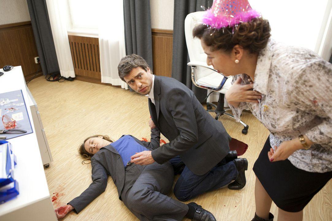 Julian (Sebastian Hölz, l.) und Ingrid (Franziska Traub, r.) mache sich große Sorgen um Gabriele (Marie Schneider, l.). Werden die Rettungskräfte... - Bildquelle: SAT.1