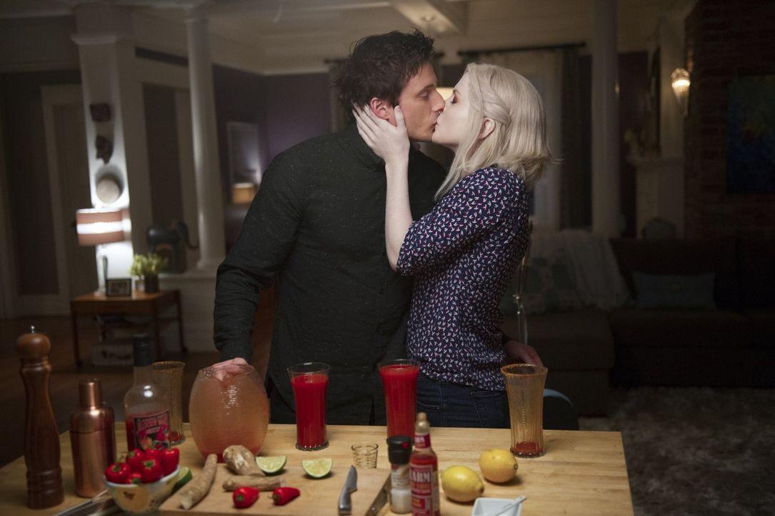 Ihre Beziehung scheint ständig von ihrer Nahrung beeinflusst zu werden: Lowell (Bradley James, l.) und Liv (Rose McIver, r.) ... - Bildquelle: Warner Brothers