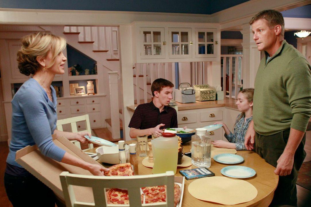 Während Bree bereit ist, ihrem Leben ein Ende zu setzen, versuchen Lynette (Felicity Huffman, l.) und Tom (Doug Savant, r.) vor ihren Kindern Parker... - Bildquelle: ABC Studios