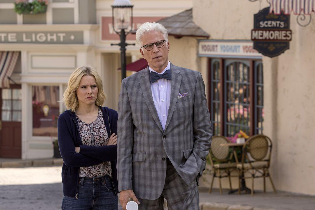 Während des Treffens mit Eleanor (Kristen Bell, l.), versucht Michael (Ted Danson, r.) sie auf die Probe zu stellen ... - Bildquelle: Ron Batzdorff 2016 Universal Television LLC. ALL RIGHTS RESERVED.
