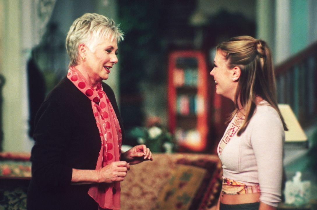 Großmutter Lydia (Shirley Jones, l.) amüsiert sich prächtig mit Sabrina (Melissa Joan Hart, r.) ... - Bildquelle: Paramount Pictures