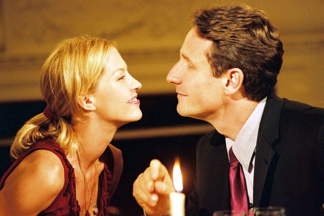 Ellena (Jenna Elfman, l.) ist fest davon überzeugt, eine kurze, heftige Affäre mit dem angesehenen, verheirateten Arzt David Stillman (Sam Robards... - Bildquelle: TM &   2006 CBS Studios Inc. All Rights Reserved.