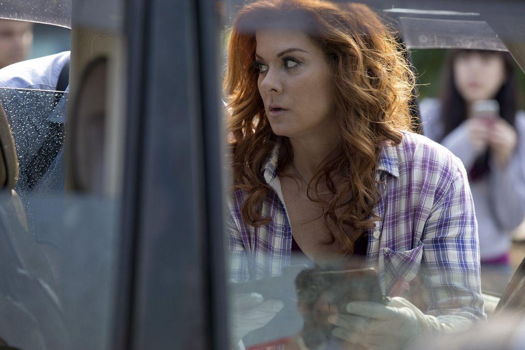Als die Ehefrau eines Medienmoguls von der Straße gedrängt wird, entdeckt Laura (Debra Messing) schnell, dass in diesem Fall nicht alles so ist, wie... - Bildquelle: 2015 Warner Bros. Entertainment, Inc.