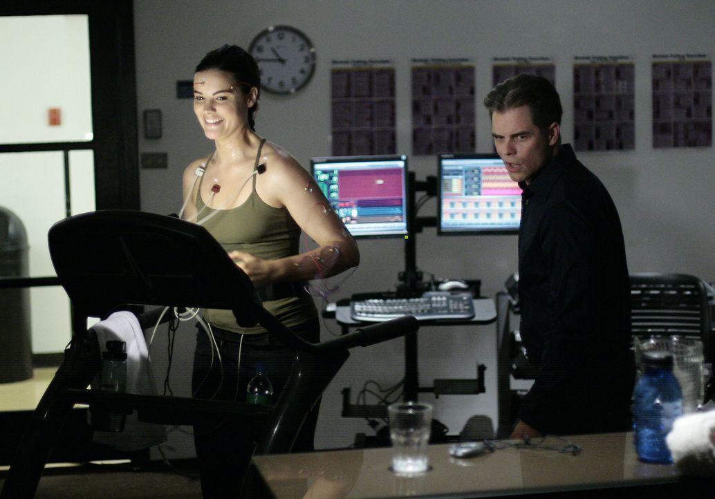 Jessi (Jaimie Alexander, l.) absolviert mit Brian Taylor (Martin Cummins, r.) ein hartes Training ... - Bildquelle: TOUCHSTONE TELEVISION