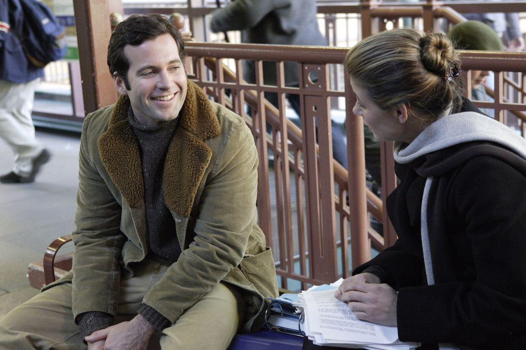 Auf dem Weg nach Hause trifft Abby (Maura Tierney, r.) Jake Scanlon (Eion Bailey, l.) wieder, der sehr von ihr angetan ist ... - Bildquelle: WARNER BROS