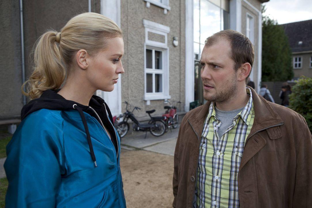 Machen sich Sorgen um Lara: Piet (Oliver Petszokat, r.) und Alexandra (Verena Mundhenke, l.) ... - Bildquelle: David Saretzki SAT.1