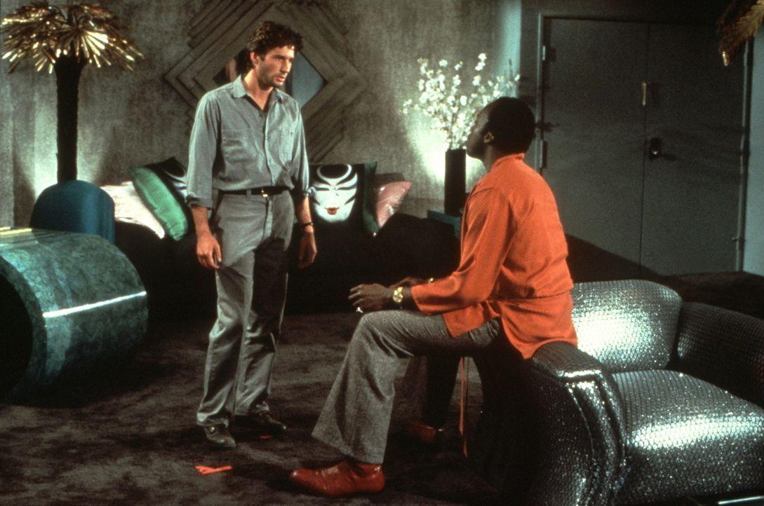 Leon (Bill Duke, r.) vermittelt dem Callboy Julian (Richard Gere, l.) neue, lukrative Jobs ... - Bildquelle: Paramount Pictures